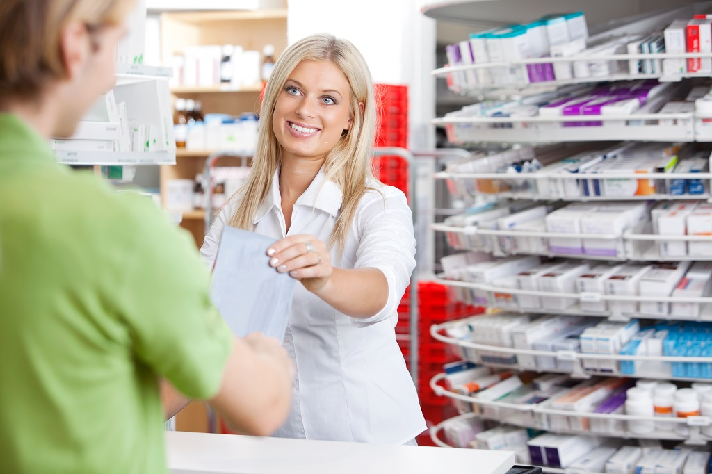 Farmacist cu un client in farmacie